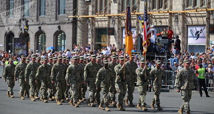 Des militaires américains participent à un défilé à Kiev (image d'illustration)