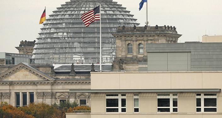 Le drapeau américain au-dessus de l'ambassade des États-Unis devant le bâtiment du Reichstag, siège du Bundestag, à Berlin