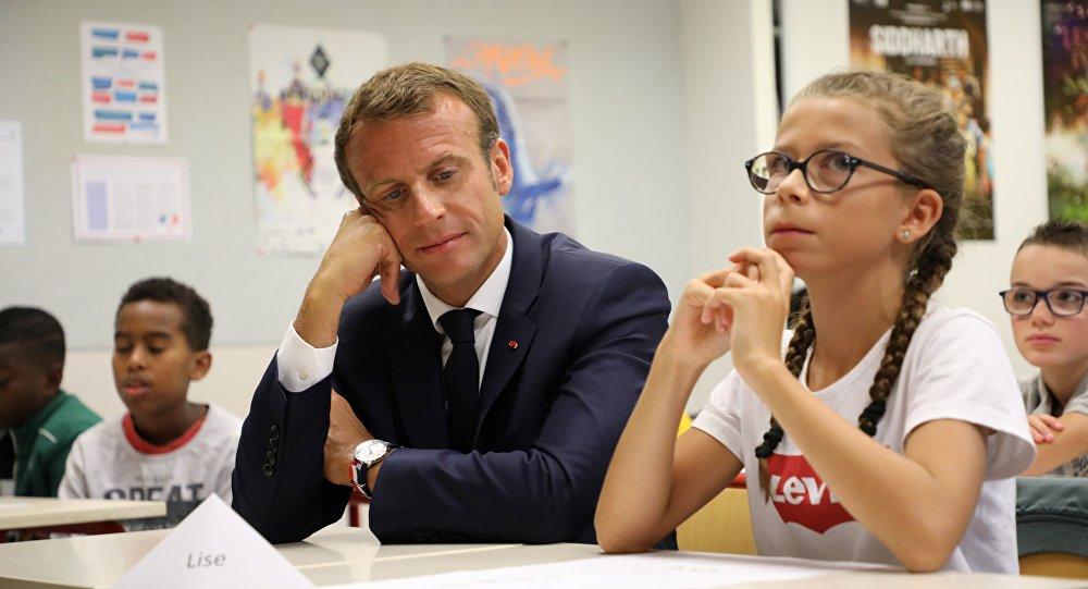 Emmanuel Macron dans un collège de Laval