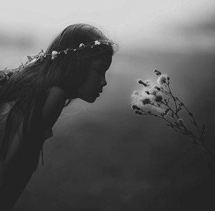 Une jeune fille, image d'illustration