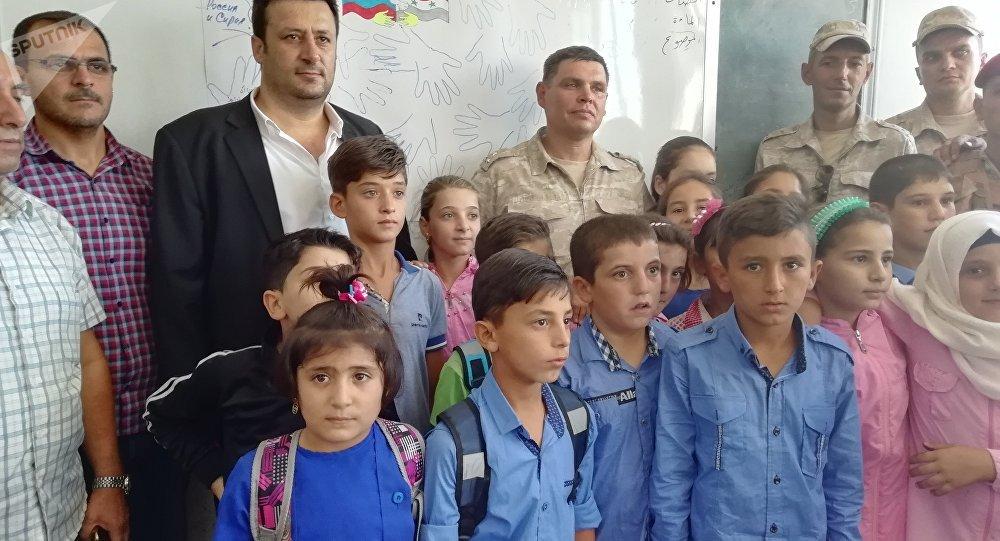Rentrée scolaire: un général russe félicite des écoliers syriens