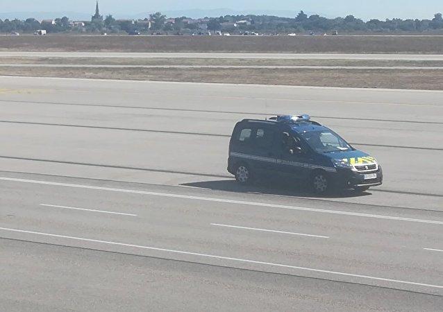 Lyon: course poursuite entre la police et une voiture roulant sur les pistes de l'aéroport