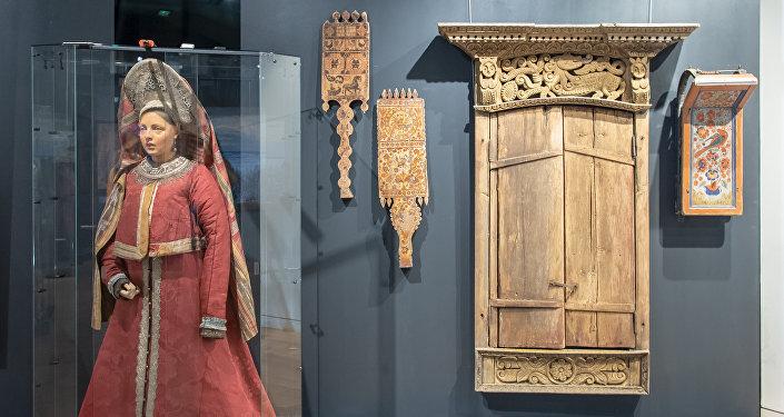 Le 11 septembre, l'exposition de peintures, d'anciens costumes russes et d'objets d'art populaire de la collection d'Ivan Glazounov a ouvert ses portes au Centre spirituel et culturel orthodoxe russe à Paris