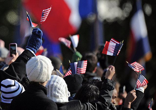 Des drapeaux américains et français