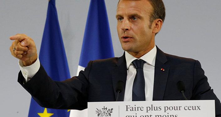 Emmanuel Macron donne des gages aux Algériens «et en même temps» aux harkis