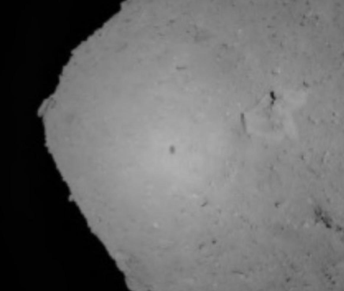 Une sonde japonaise a pris un cliché de sa propre ombre sur la surface d'un astéroïde