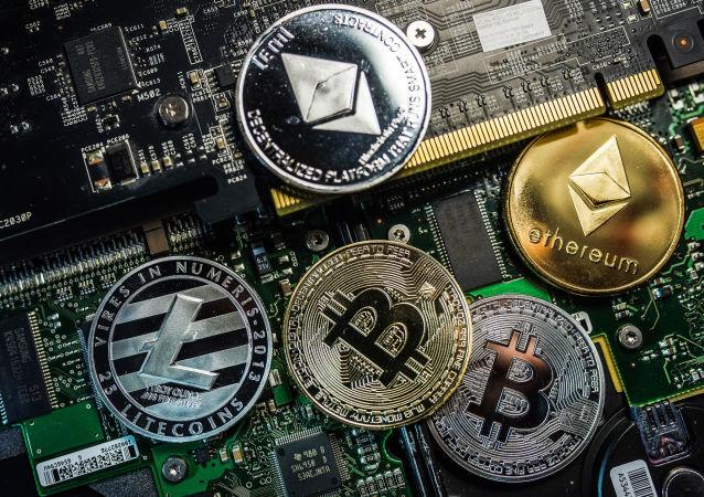 Pièces commémoratives avec logos de crypto-monnaies Bitcoin, Litecoin et Ethereum