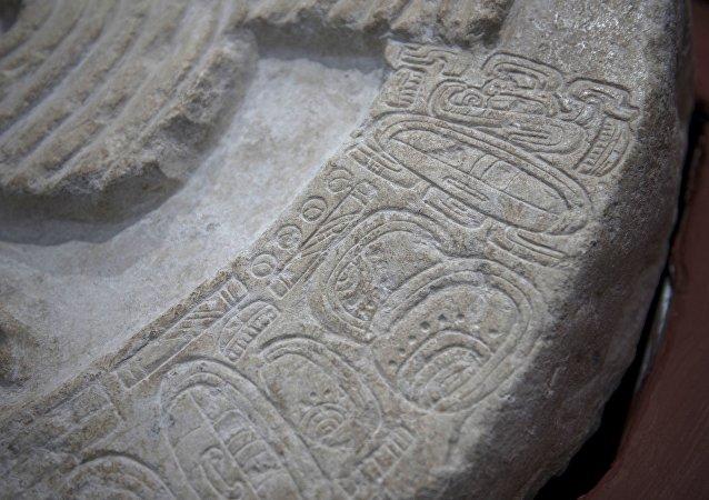Une énorme pierre recouverte de sculptures et de hiéroglyphes découverte au Guatemala