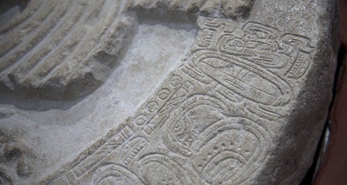 Une énorme pierre recouverte de sculptures et de hiéroglyphes découverte au Guatemala