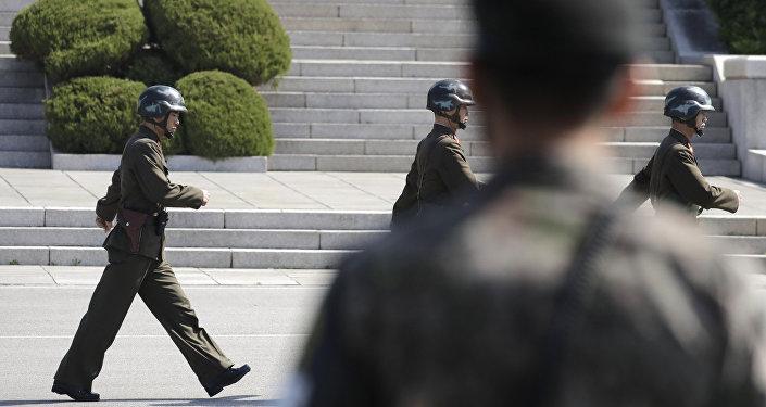 Soldats nord-coréens et militiare sud-coréen