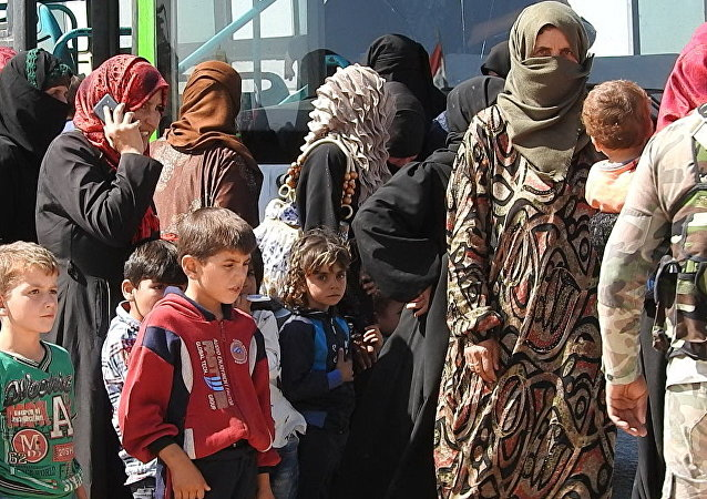 Des dizaines de familles syriennes quittent Idlib par le couloir d'Abou-Douhour