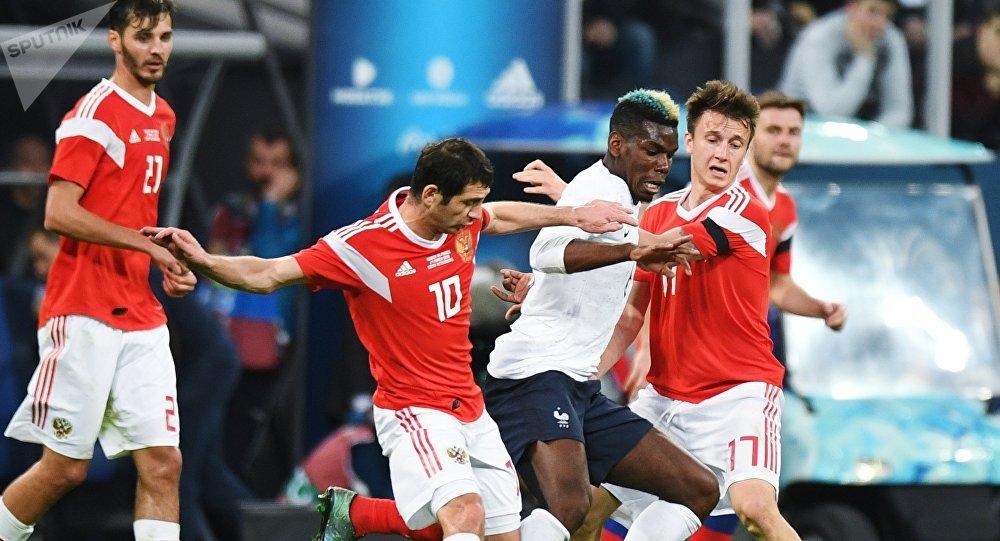 De gauche à droite au premier plan: Alan Dzagoyev, Paul Pogba et Alexandre Golovine lors d'un match amical entre la Russie et la France