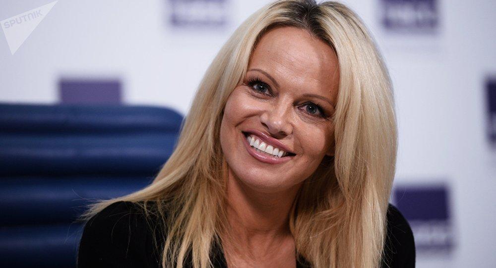 Pamela Anderson mise en cage place de la République !