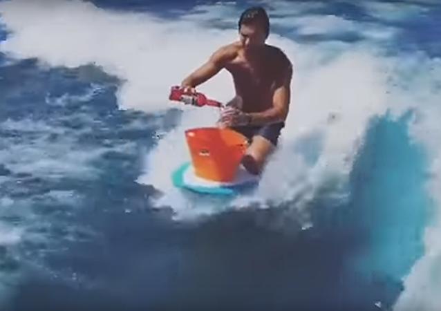 Lorsque tu es surfeur mais aussi un peu barman