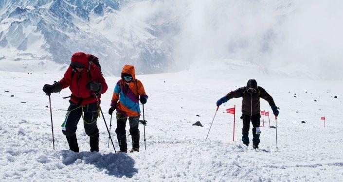 L'ascension d'alpinistes sur le mont Elbrouz