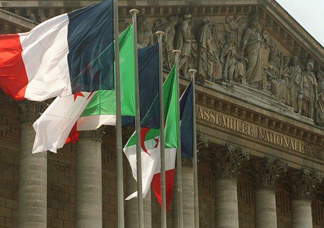 Des drapeaux algériens flottent auprès de drapeaux français