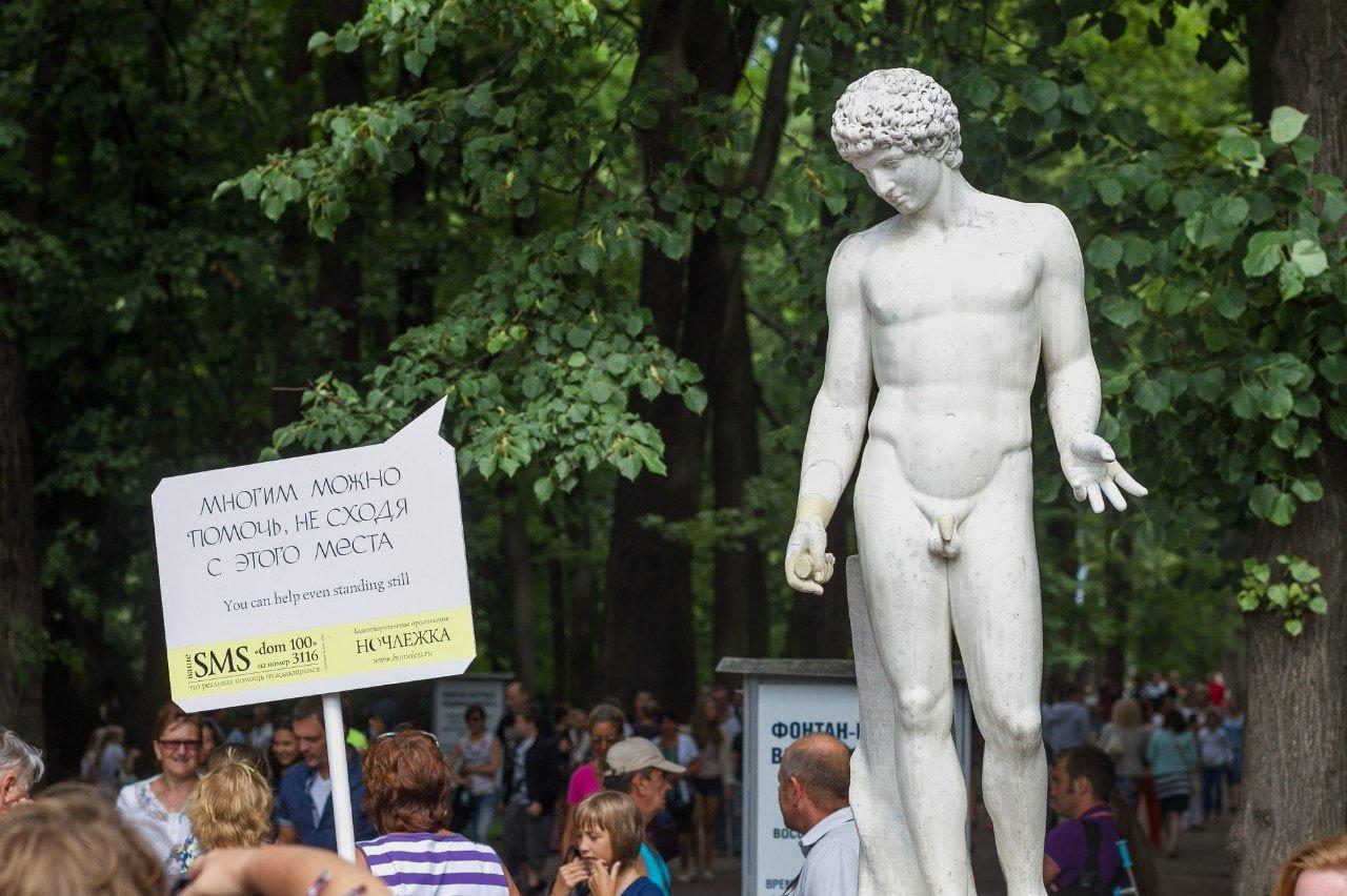 «Notchlejka» a organisé une action de soutiens aux sans-abri dans le Jardin d'été de Saint-Pétersbourg: «Des gens en marbre contre les cœurs de pierre».