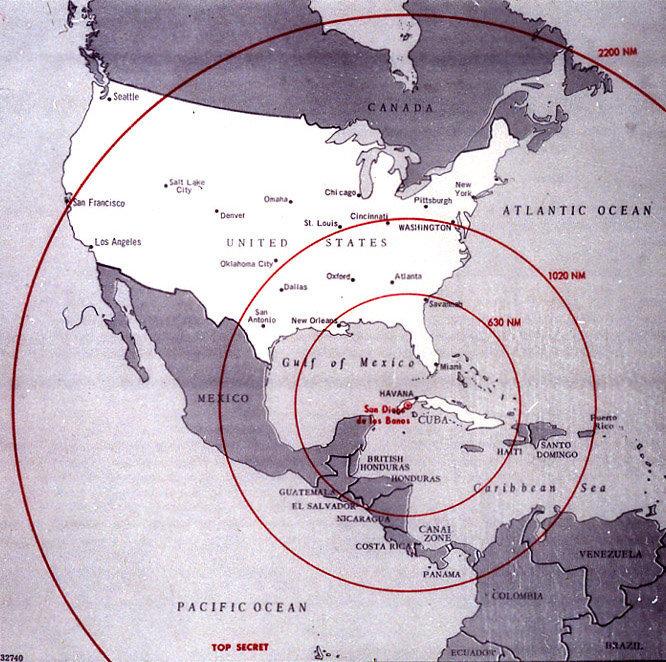 Une carte de l'hémisphère ouest montrant la portée des missiles soviétiques installés à Cuba