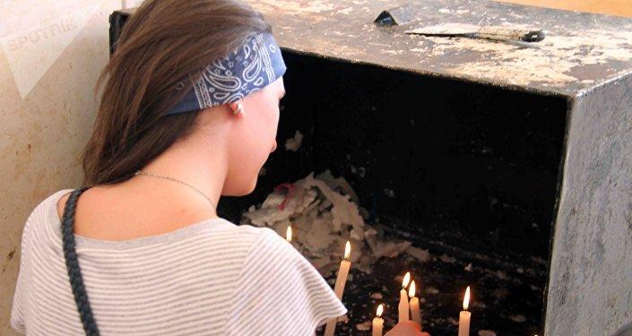 Des touristes et des pèlerins reviennent sur la tombe d'Abel