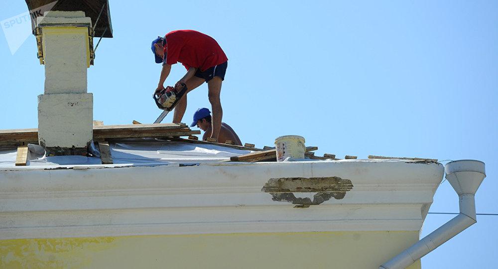 Sur un toit (image d'illustration)