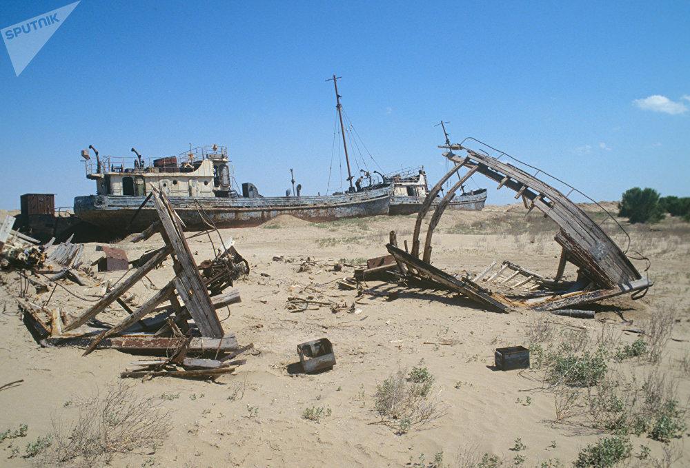 Les épaves de bateaux gisant sur lancien fond de la mer dAral