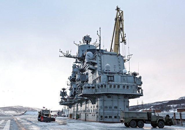 Le porte-avions russe Admiral Kouznetsov en restauration à Mourmansk