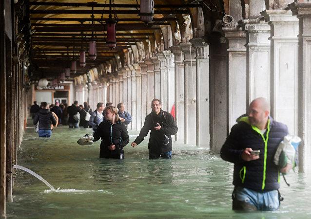 Touristes à Venise inondée