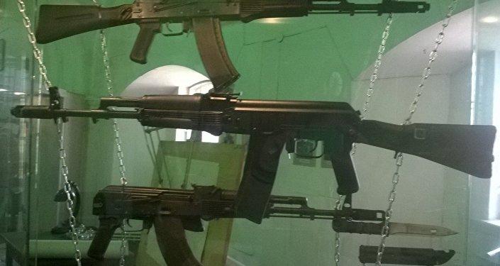 Fusils d'assaut AK-74M, AK-101 et AK-103