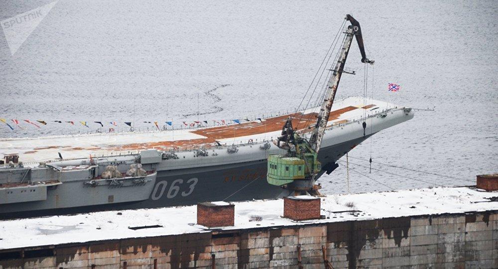 L'Amiral Kouznetsov amarré à un quai du 35e chantier naval de Mourmansk