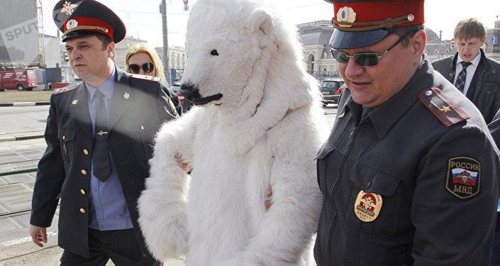 Un homme déguisé en un ours polaire