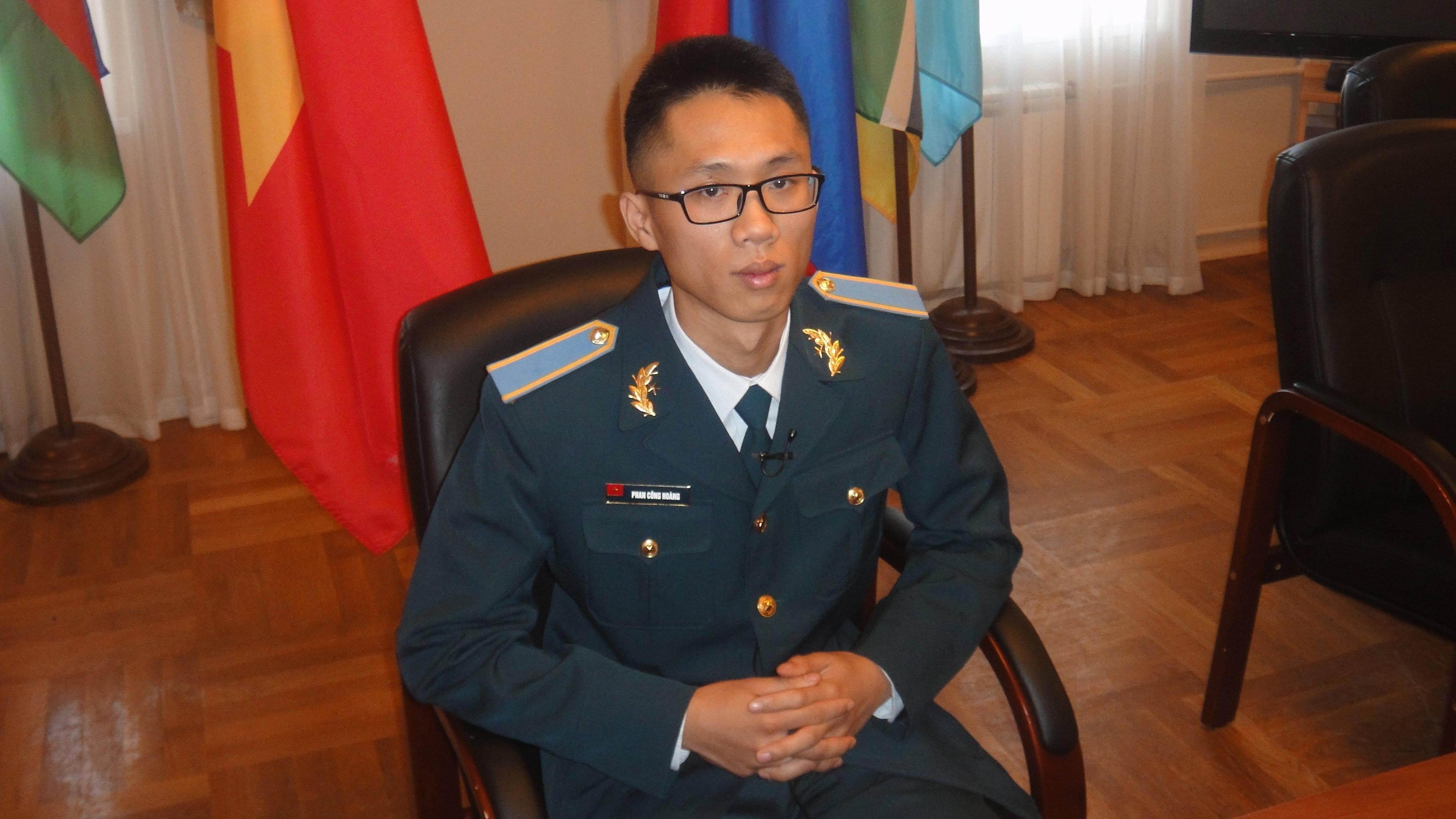 Le Vietnamien Phan Cong Hoang, élève de la cinquième année d'études à la faculté spéciale de l'Académie militaire spatiale russe Mojaïski