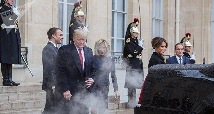 La «Bête» de Trump noie les Macron dans ses gaz d'échappement (images)