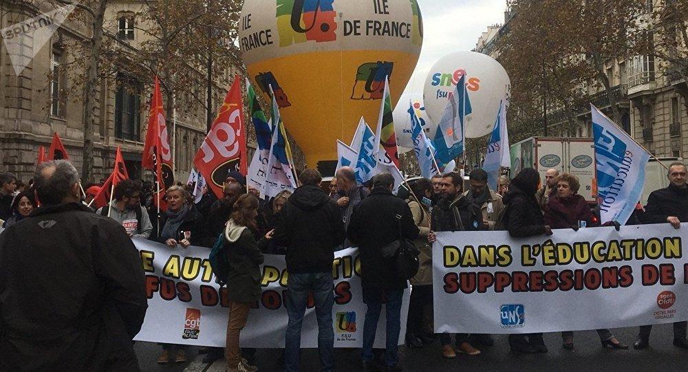Les fonctionnaires de l'éducation nationale descendent dans les rues de Paris contre les actions du gouvernement et pour la défense du service public, 11 novembre 2018