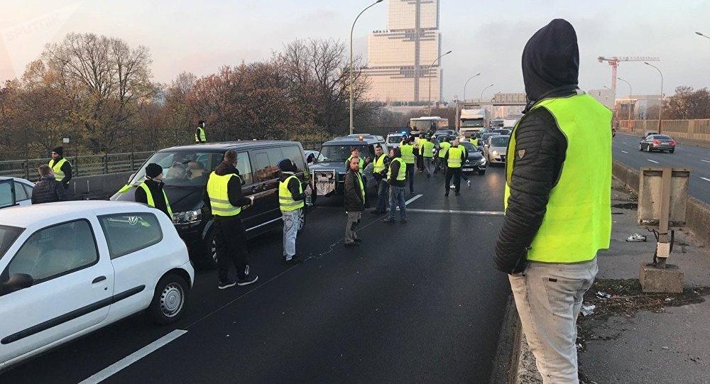 Le 17 novembre, les Gilets jaunes organisent des centaines de blocages routiers à travers le pays