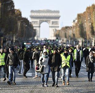 manifestants sur les Champs-Élysées pour protester contre la hausse des taxes sur le carburant
