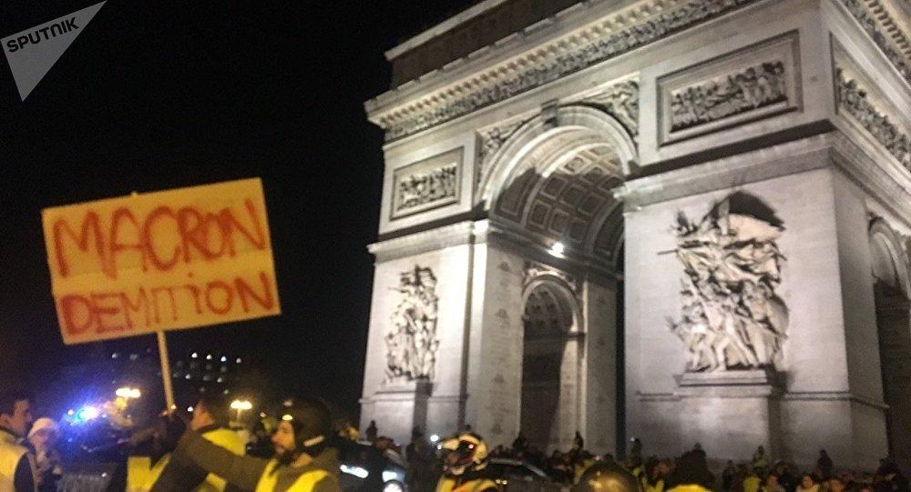 «Gilets jaunes»: tensions place de l'Étoile