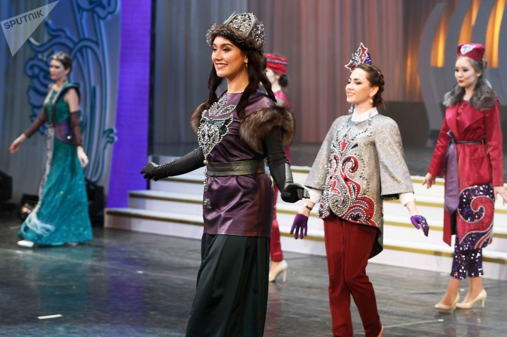 La lauréate et les finalistes du concours de beauté Tatar Kyizyi à Kazan