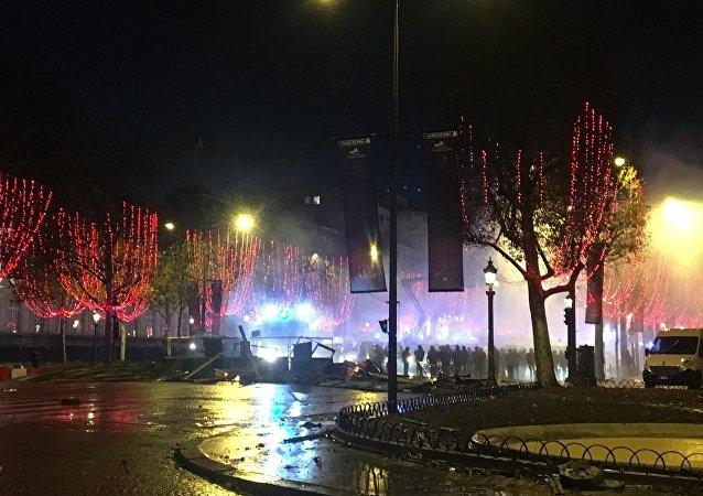 La situation reste tendue sur les Champs-Élysés. Au milieu de la fumée, des gilets jaunes continuent de manifester. Des déflagrations, dont on ignore pour l'instant la cause, sont entendues régulièrement.