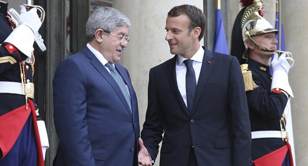 Le Président français Emmanuel Macron et le Premier ministre algérien Ahmed Ouyahia