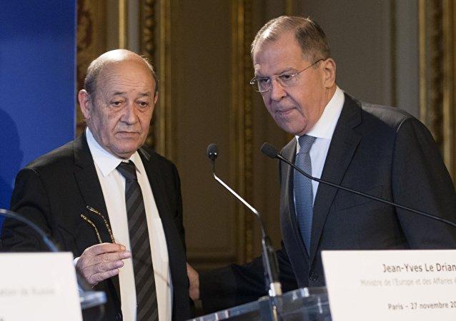Jean-Yves Le Drian et Sergueï Lavrov lors dune conférence de presse à Paris