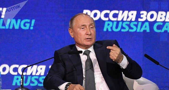 Vladimir Poutine assiste au forum d'investissement Russie appelle