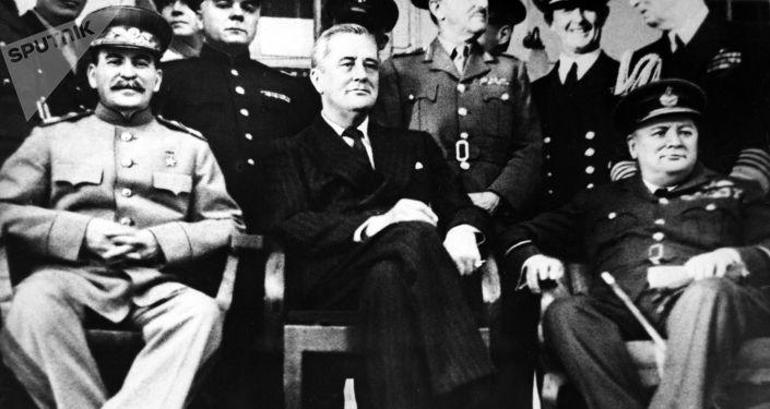 Ce que Staline a voulu dire par son cadeau à Churchill pour son anniversaire à Téhéran