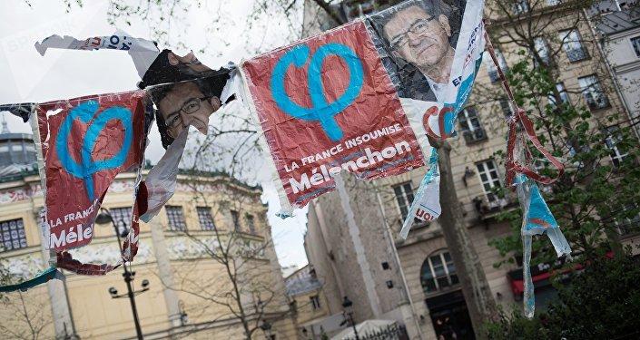 Des affiches avec le logo de la France insoumise à Paris