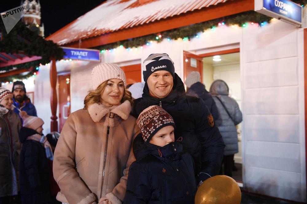 Les stars félicitent l'agence Rossiya Segodnya pour son anniversaire à l'ouverture de la patinoire du GOUM