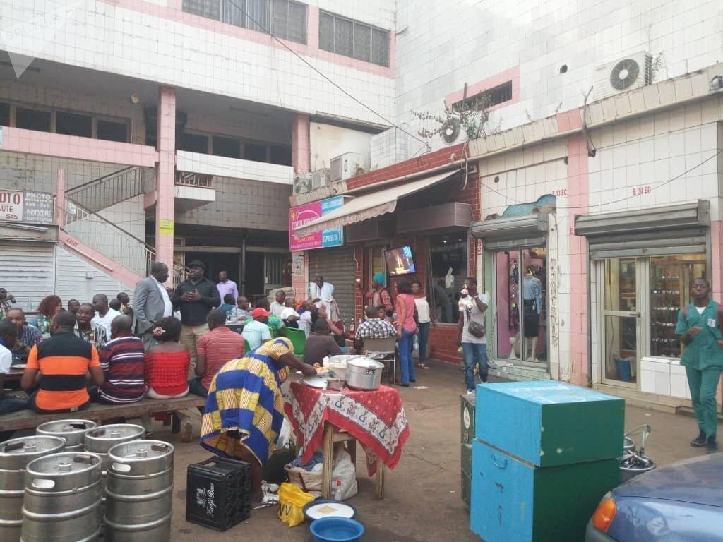 Des spectateurs suivent le match de la CAN féminine Cameroun contre Mali, dans le centre-ville de Yaoundé, vendredi 30 novembre. Yaoundé, Cameroun