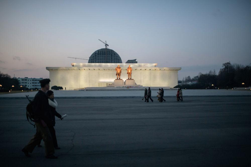 Les statues des dirigeants nord-coréens Kim Il-sung et Kim Jong-il dans la ville frontalière de Sinuiju, Corée du Nord.