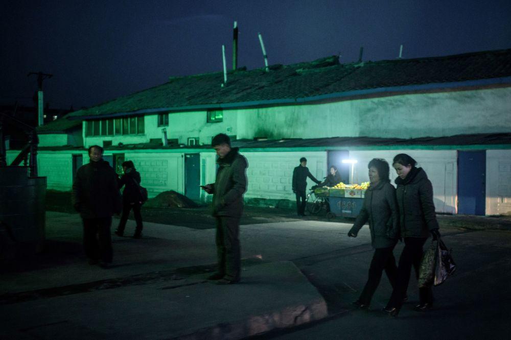 Des habitants de la ville frontalière de Sunuiju, Corée du Nord.