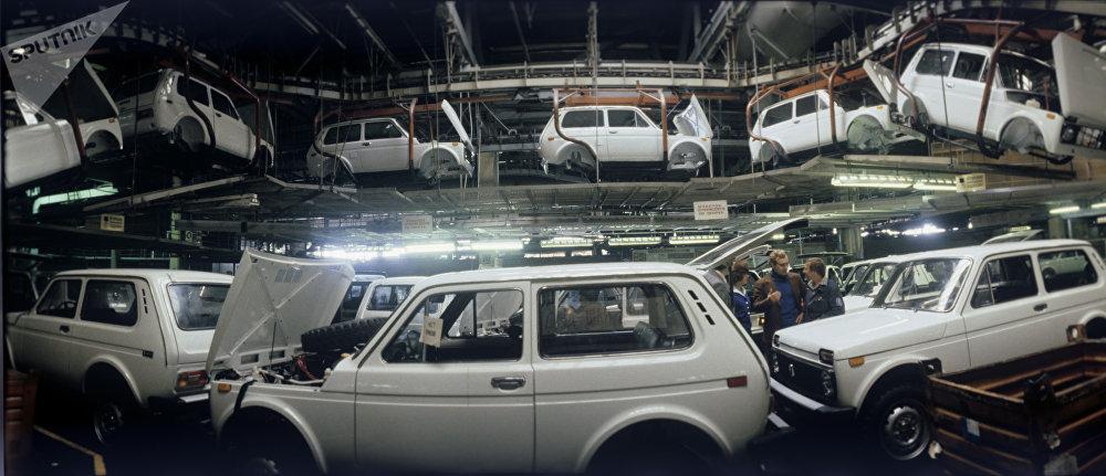 L'usine automobile AvtoVAZ. Atelier d'assemblage des Niva, 1981