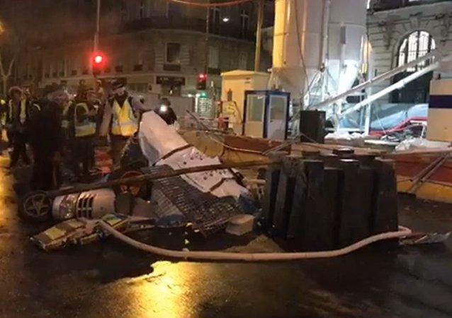 Canons à eau, véhicules incendiés, forte présence policière: la boulevard Haussmann se prépare à résister aux Giletsjaunes.