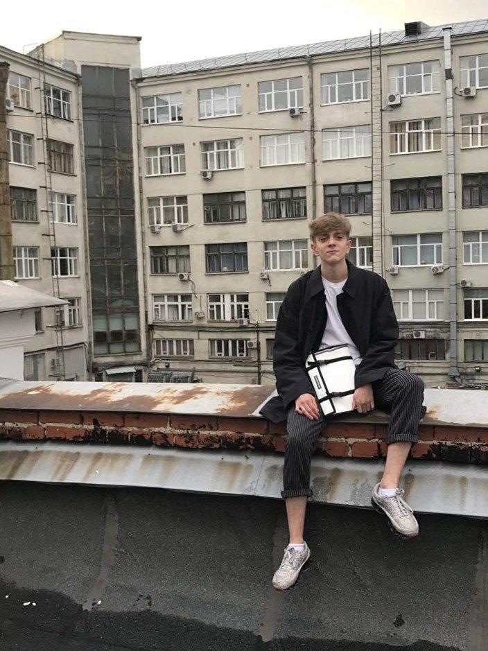 Le Russe Stepan Savinov qui coud ses sacs «Wollenberg» à partir de bâches pour camion